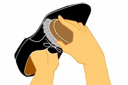 """<営業学>"""" /></p> <p>また、雨の日には、必ずその日のうちに汚れと水分を落とすようにしてください。とくに雨の水分は型くずれの原因になりますので、乾いた布で拭き取るようにします。このような簡単なお手入れの積み重ねが、革靴を長持ちさせてくれます。</p> <p><strong>2)専用のクリームで保湿</strong><br />汚れを落としたら、次にクリームを塗ります。専用クリームを布につけて、靴全体に伸ばしながら塗ります。クリームによって栄養や水分を与えることで、革に潤いを与えてあげるイメージです。</p> <p class="""