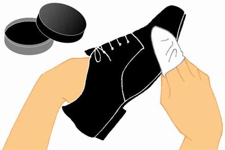 """<営業学>"""" /></p> <p>私は黒色しか履かないので、無色の乳化性クリームを使っています。ただ、革の種類や色に合わせたクリームがありますので、最初はショップの定員に確認してから購入するようにしてください。</p> <p><strong>3)ツヤ出し作業</strong><br />最後に、ツヤ出しの作業です。クリームを全体に塗り終えたら、浸透させるために1~2分時間をおきます。そして、硬めの布で全体を磨いてツヤを出します。</p> <p class="""