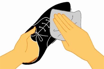 """<営業学>"""" /></p> <p>ここまでが、革靴のメンテナンス方法です。実際に手入れをした後に靴を履いてみると、革が水分を含み柔らかくなっていることが実感できるはずです。また、革靴全体に光沢がでて、清々しい気分で履きこなすことができます。</p> <p>あなたが思っているよりも、靴の汚れは目立つものです。そして、靴のメンテナンスという基本ができない営業マンをお客様が信頼するはずはありません。ここで説明した手入れ方法を参考にして、あなたも実践してください。<br /> <span id="""